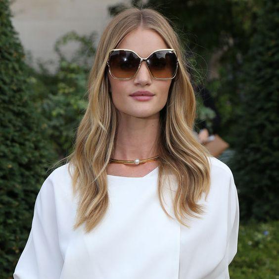 Bei dieser Fashion-Show war Rosie ausnahmsweise mal Gast und nicht auf dem Laufsteg. Bei Outfit, Haaren und Make-up hat sie sich trotzdem nicht lumpen lassen. Im Retro-Style mit Seventies-Sonnenbrille und Bohème-Wellen.