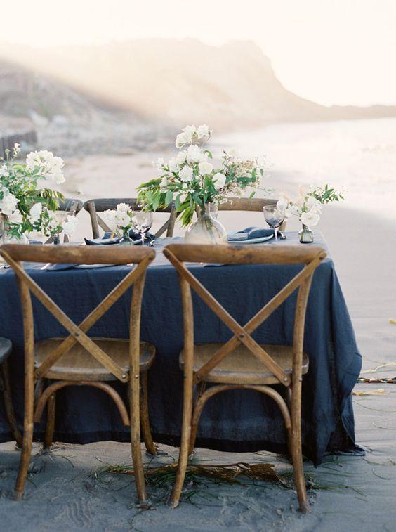 Avec le bon bleu et un peu de fuschia dans les fleurs + détails sur la table Refined beauty at the seaside | cross back dining chairs | navy blue tablecloth