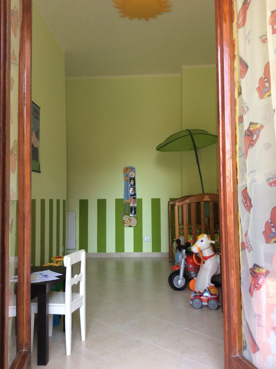 Camera baby con strisce verdi