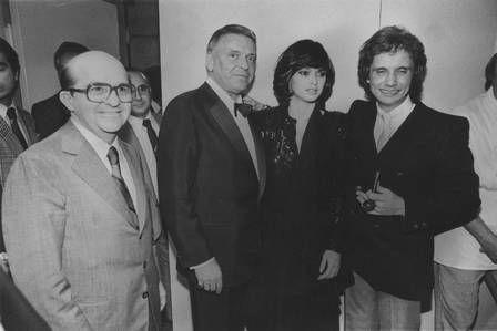 Roberto e Myrian Rios posam com Frank Sinatra, na visita do astro americano ao Brasil, em 1983