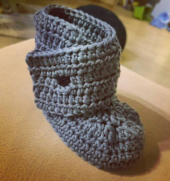 Hier hab ich mich an einem eigenen Modell versucht... Es fehlt nur noch der Knopf.  #babycrochet #babyboots #babyschuhe #crochet #crocheting #crochetlove #crochetnerd #crochetaddict  #häkeln #häkelliebe #instahäkeln #instacrochet #häkelnmachtspass #häkelnrockt #häkelnfetzt #häkelnmachtsüchtig #häkelnistmeinyoga #handmade #madewithlove #diy #yarn #yarnlove #cataniagrande by missknitness