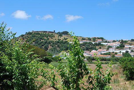 Castelo de Aljezur no monte.jpg