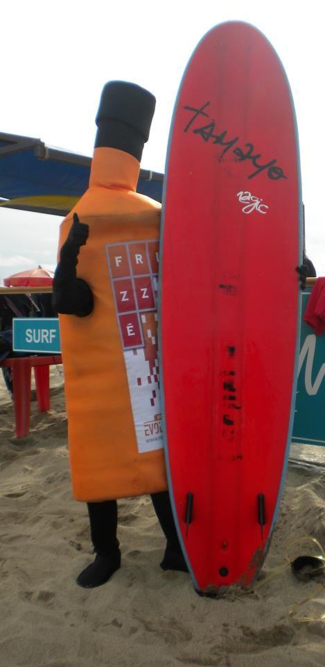 A punto de meterse a surfear unas olas