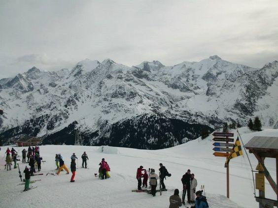 Vue panoramique sur les montagnes enneigées