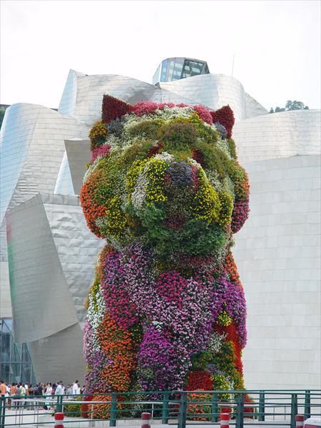Sculpture by Jeff Koons.