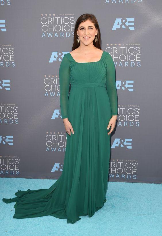 Pin for Later: Ne Manquez Pas un Seul des Looks Vus aux Critics' Choice Awards Mayim Bialik