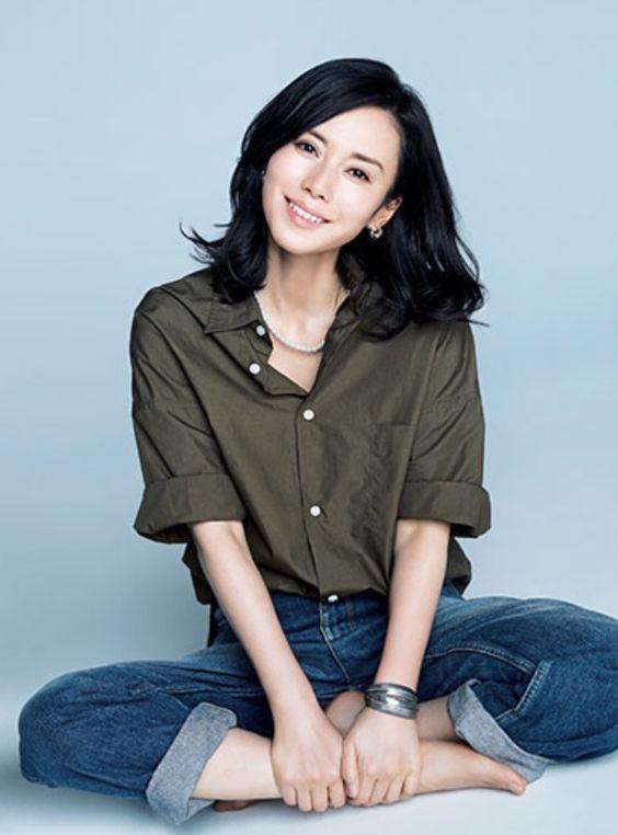 中谷美紀デニムにシャツが美しい画像