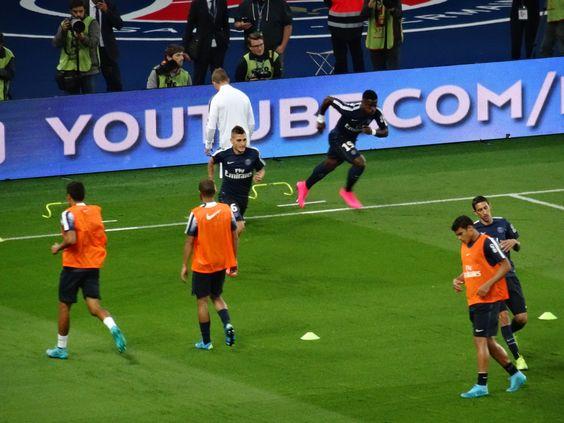 Angel Di Maria participe à l'échauffement d'avant-match du Paris Saint-Germain, au Parc des Princes, face à Bordeaux.