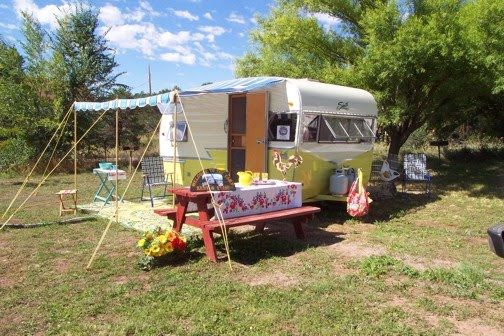 I absolutely love the setup of this trailer... the picnic table and awning are great.