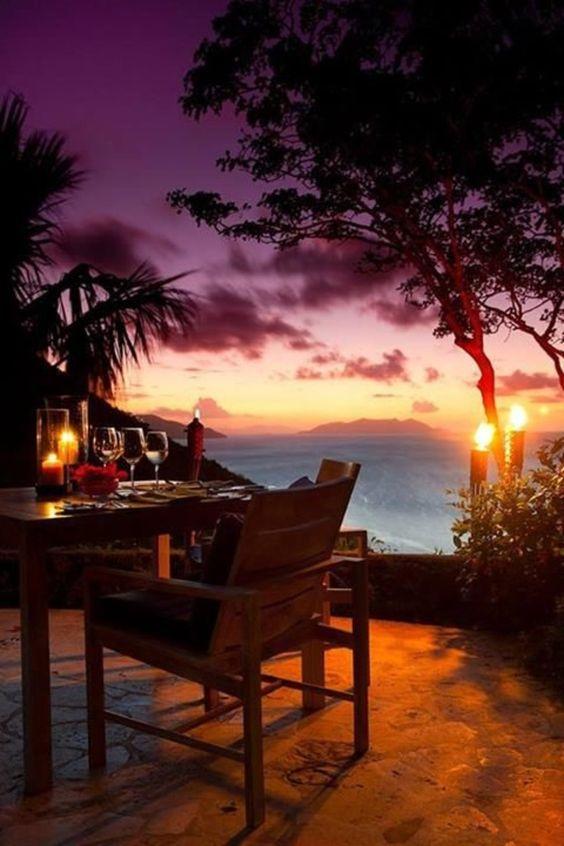 ハワイのビーチサイドでディナー