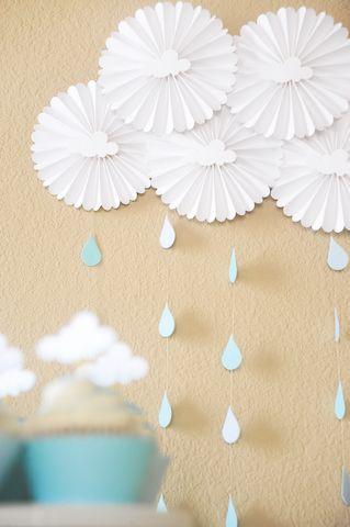 Nubes de baby shower hechas con rosetas de papel para decoración de fondos. #DecoracionBabyShower