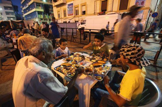 Ansonsten ist der Ramadan, ähnlich wie bei uns die Weihnachtszeit, ein Monat, in dem man viel Zeit mit der Familie verbringt. Nach dem Gebet...