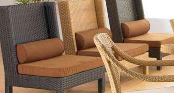 Un Gusto Estar Aqui  Las estructuras internas de nuestros muebles de patio, están elaboradas en aluminio anodizado, el cual garantiza un comportamiento idóneo para los efectos climáticos del trópico.  Esta butaca es un buen ejemplo de descanso al aire libre, compuesto de un asiento de espuma de uretano tapizada en tela especial para exteriores, con un cojín tubular para soporte en el área lumbar.