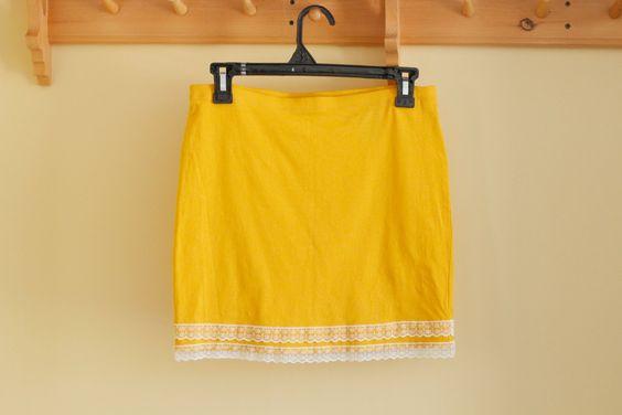 Jupe boho jaune mourtarde avec dentelle blanche, Jupe extensible jaune en coton, Upcycled clothes, Vêtement recyclé, Taile petit, #V055 de la boutique ecoboheme sur Etsy