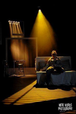 J Aime L Ombre Creee Avec Les Stores Vous Pouvez Peut Etre Creer Des Ombres Intellig Lighting Design Theatre Lighting Design Inspiration Stage Lighting Design