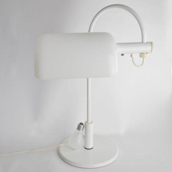 Vienna bureaulamp vintage wit. Retro. Op kantoor of in de kamer helder lamplicht.