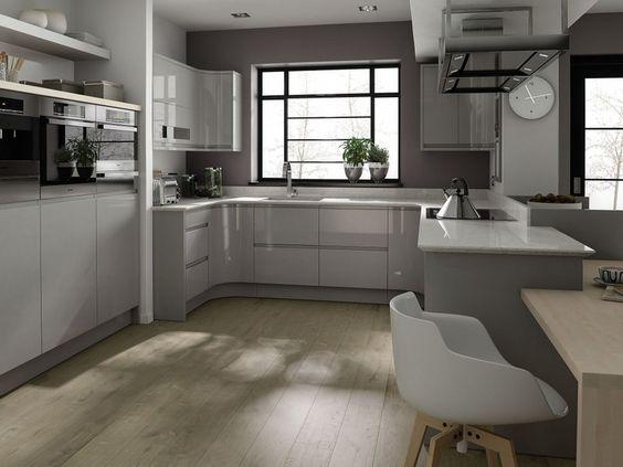 armoires de cuisine blanc laqu et gris sol en bois clair et appareils encastrs