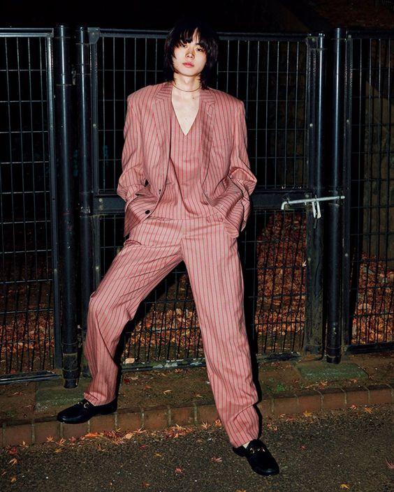 ストライプ柄のスーツ姿の菅田将暉の最新画像