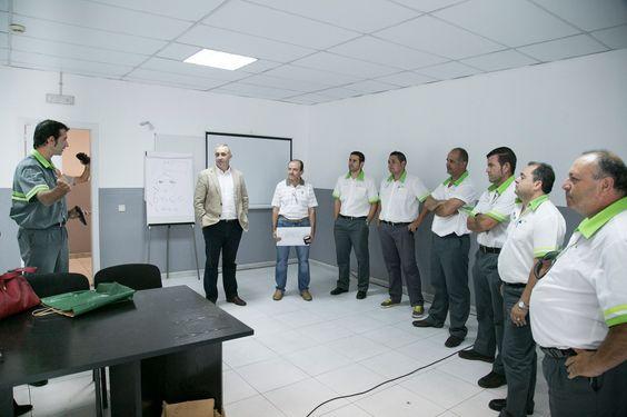 Los conductores participantes en el curso reciben las últimas indicaciones de su instructor, con la presencia del gerente de la compañía, Jacobo Kalítovics