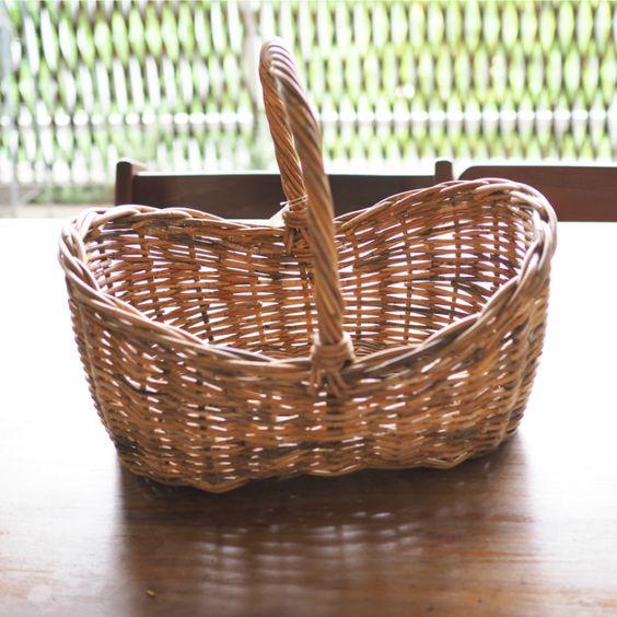 こんばんは。 Holding hands Heart です。  【新商品】「 アラログ ボートバスケット 」入荷しました。   アラログ(籐の一種)を一つ一つ丁寧に編み込んだバスケット。  太めのアラログを贅沢に使用した丈夫なカゴです。  シンプルで使いやすいかたちです。   http://kanden43.tokyo/shopdetail/000000000110/   ※ブログも随時更新しています。  ショップ左下にリンクがございますので、覗いてみてくださいませ。    #アラログ  #バスケット  #カゴ  #ボートバスケット  #野菜収納  #果物収納  #ナチュラル  #ナチュラル雑貨  #雑貨  #follow  #cute  #love  #art  #japan  #ファッション  #travel  #happy  #tokyo  #instagood  #GIRLYDROP