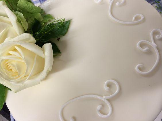 Hochzeitstorte ganz schlicht in grün/weiß
