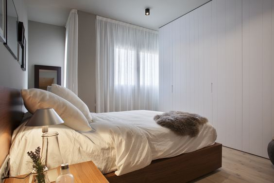 Aprovechamos la luz natural e integramos el dormitorio en el conjunto con el mismo tono de colores pastel