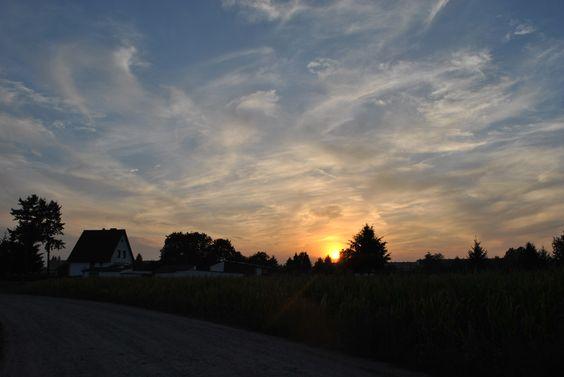 Atemberaubender Himmel abends beim Sonnenuntergang