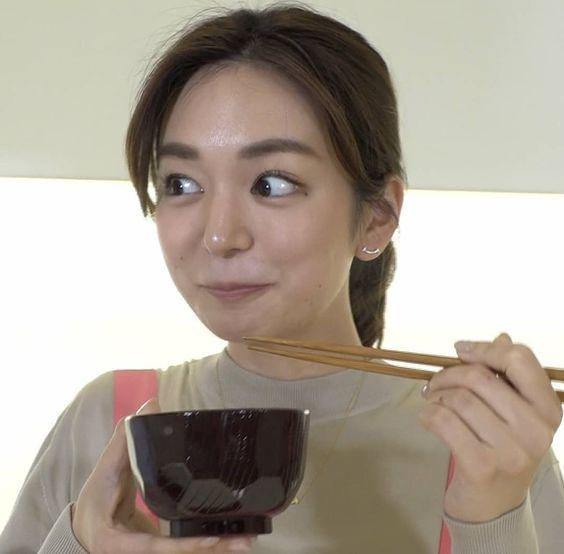 味噌汁を飲む後藤晴菜