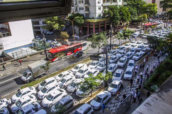 Taxistas protestam na Câmara Municipal contra o aplicativo Uber na tarde desta terça-feira (30) em São Paulo (Foto: Cris Faga / Fox Press Photo / Ag. O Globo)