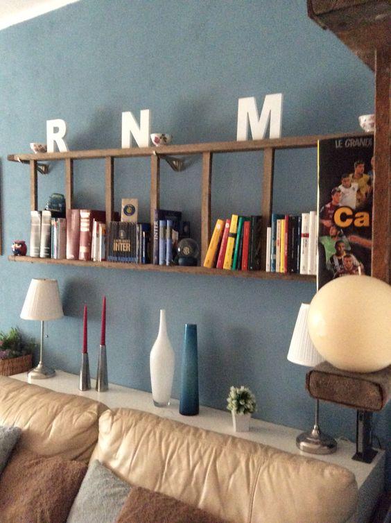 La mia libreria fatta con una scala in legno