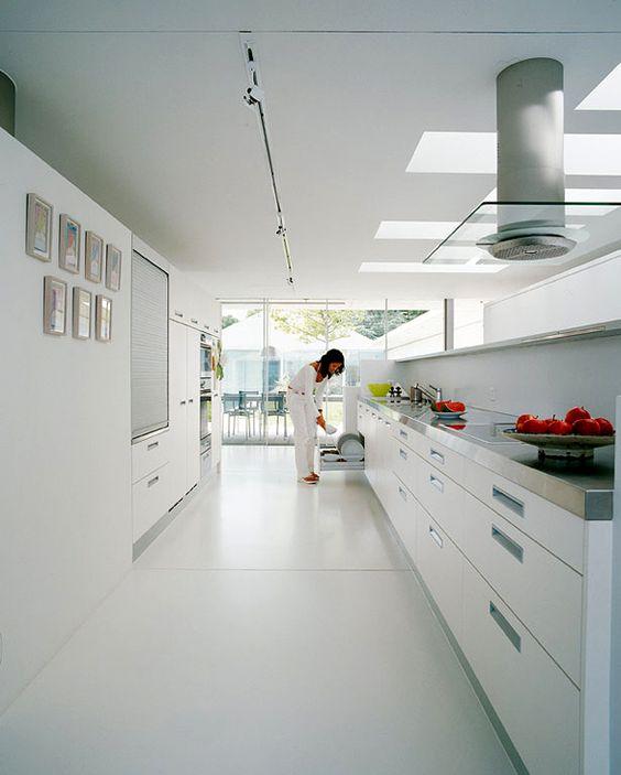 Villa aus Beton und Glas am Genfer See Weiße Küche mit Edelstahl