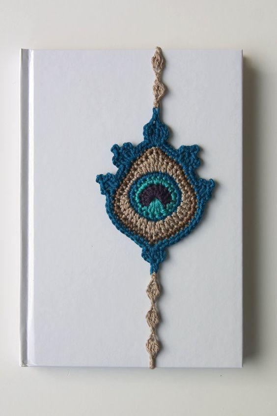 Ganchillo marcador de plumas de pavo real por TheCurioCraftsRoom