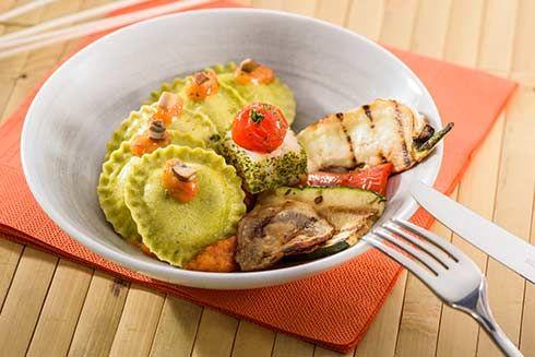 Tortelloni mit Kabeljau-Steinpilz-Füllung in Grillpaprikasauce