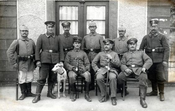Vizefeldw. Alfred Heßelbacher und Freunde, Bahnhofwache Leopoldshöhe, July 1915 | by ✠ drakegoodman ✠