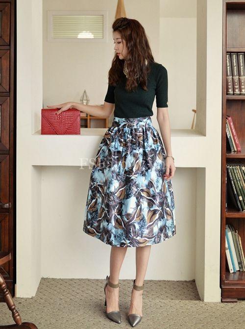 Với những cô nàng ưa vẻ đẹp nhẹ nhàng, thanh lịch thì chân váy họa tiết dài cũng rất phù hợp.