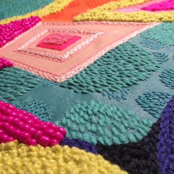 Not afraid Mélangeant application directe, sérigraphie et broderie, l'artiste australienne Liz Payne crée de magnifiques pièces textiles abstraites aux couleurs vibrantes. Rehaussant ses aplats de ...