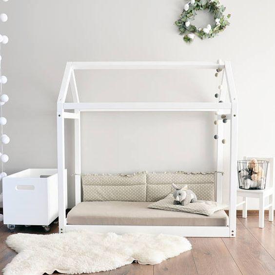 Marco de la cama de casa de madera hará sus hijos habitación más atractiva. Puede ser utilizado como una cama para bebé justo después de una cuna o una cama del niño. Cama de casa puede realizarse directamente sobre el piso, así que no tienes temor de que su bebé puede rodar hacia fuera, o