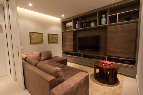 Home em Laminato Canapa e Laminato Piastra Scura acomoda a tv, aparelhos…