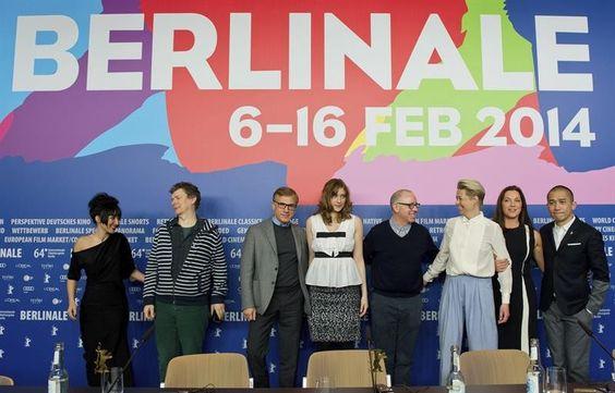 Jurados do Festival de Cinema de Berlim posam para fotógrafos durante a abertura da 64ª edição do evento, em Berlim, na Alemanha - http://epoca.globo.com/tempo/fotos/2014/02/fotos-do-dia-6-de-fevereiro-de-2014.html (Foto: EFE/Tim brakemeier)