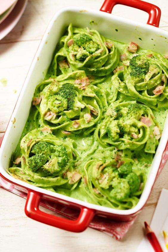 Wow ist das grün! Diese leckeren Nudelnester mit Brokkoli schmecken richtig gut!