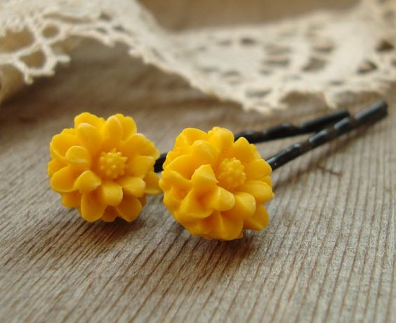 yellow flower bobby pins.  want.