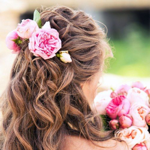 Acconciature con i #fiori: le idee più belle per un look bohemien #hairstyle #capelli
