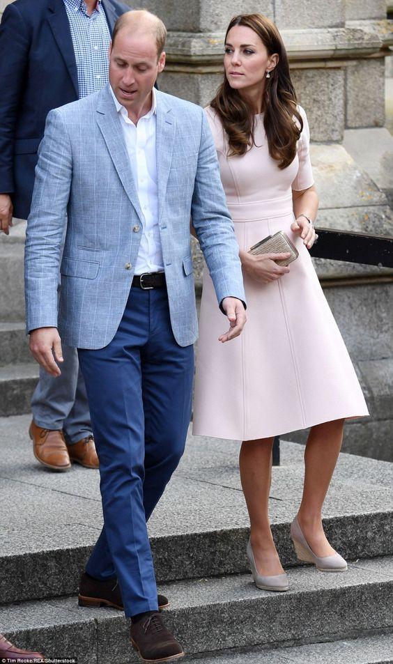 Jeudi 1 septembre, le duc et la duchesse sont en visite pendant deux jours dans le Duché de Cornouailles. William et Catherine ont commencé par la cathédrale de la ville de Truro,...
