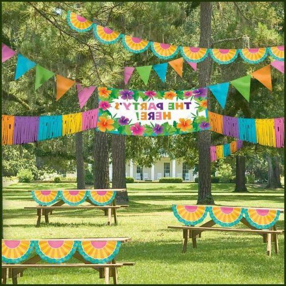 décoration multicolore de table anniversaire pour l'été