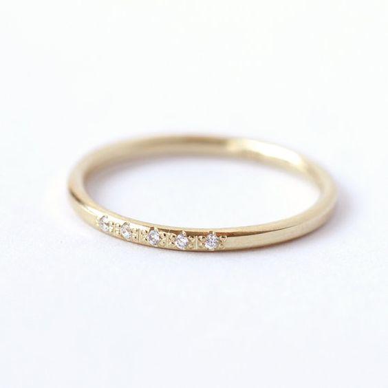 Zierliche Diamantring mit fünf Diamanten von 1 mm in 18-karätigem Gold Staalsnijder. Super angenehm prickelnde Ehering. Macht einen schönen Stack mit all unseren dünnen Diamantringe.  Material: 18 k solid Gold, fünf 1 mm natürlichen Diamanten (Konflikt frei) Ring-Breite: 1,5 mm  ► sind möglich in gelb, weiß oder ROSE 18-karätigem Gold > Wählen Sie Ihre bevorzugte Material in den Eintrag Optionen.  Sie könnten auch gefallen: ► Dünne Diamantring: https://www.etsy.com/il-en/listing/99740373 ►…