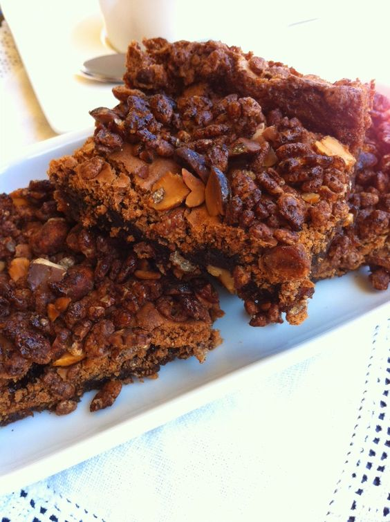 Brownie with caramelized peanuts and choco crispies