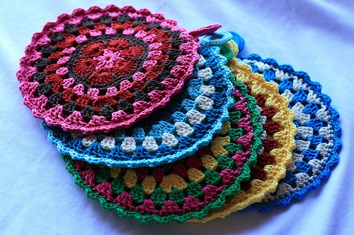 Free Crochet Potholder Pattern-This is an application of the African Mandala Flower. Lots of patterns but not this one. The clear photo should be enough to replicate.