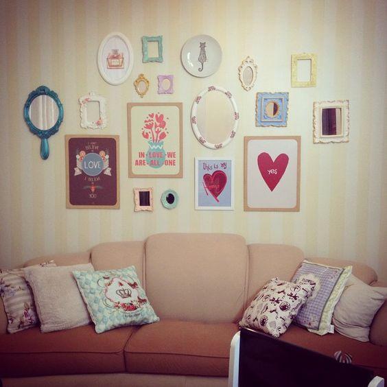 E no post de hoje eu queria compartilhar uma pequena mudança que fiz na minha sala: uma parede com quadros. E decidi fazer um post, poi...: