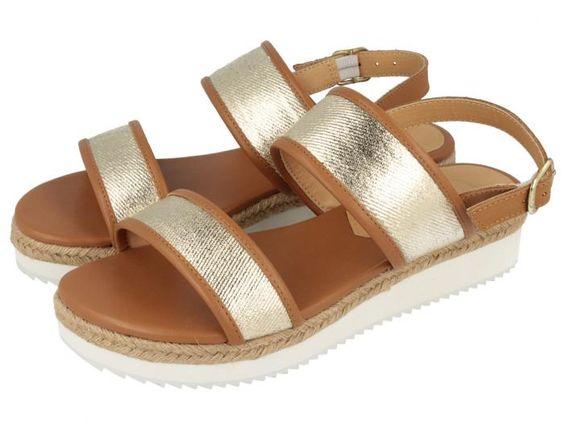 Luanca / Sandalias planas en marrón con tiras doradas y altura de 3,5cm. Corte, forro y suela en sintético. Unas cómodas sandalias de verano de tendencia total esta primavera-verano.