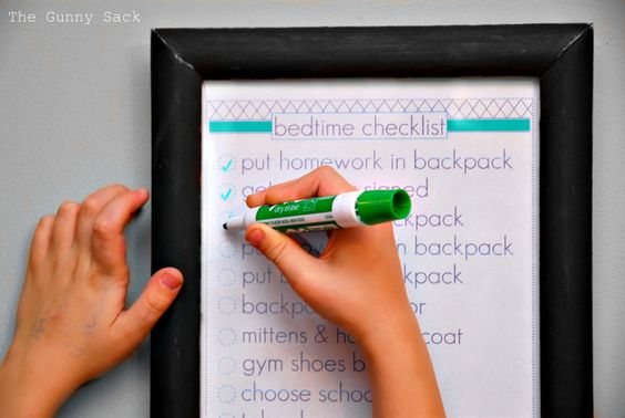 Kid's Bedtime Checklist with free printable to help organize your morning.